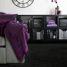 女性で、2LDK、家族住まいの本棚/棚/パープル/紫/白黒グレー/モノトーン…などについてのインテリア実例を紹介。「差し色バージョン」(この写真は 2014-11-22 21:50:43 に共有されました)
