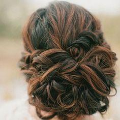 Idée coiffure : Chignon pour mariage, soirée ou cérémonie sur cheveux longs. Idées de coiffure pour cheveux bruns. Cheveux et maquillage nude.