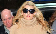 Jessica Simpson purtand o pereche de ochelari de soare all black