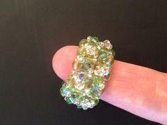 Anel com base em cristais tchecos e swarovski por cima, em tons de verde