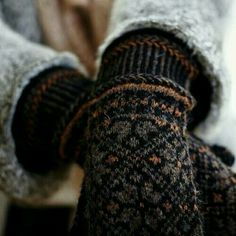 pretty fair isle knit mittens in black and burnt umber