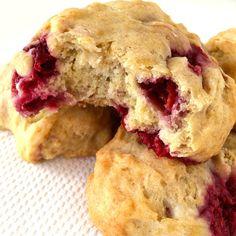 Vegan spelt scones met frambozen, lekker in het weekend als ontbijt of tussendoort. Met een beetje jam en eigenlijk ook al hartstikke lekker zonder!