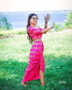 Gorgeous Brocade Blouse Designs To Amp Up Your Wedding Outfits Mehendi Outfits, Indian Outfits, Brocade Blouse Designs, Simple Lehenga, Pink Lehenga, Bridal Lehenga, Saree Look, Western Dresses, Beautiful Blouses