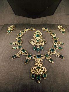 Antique & Precious Jewels.    Coco e l'Istrione.