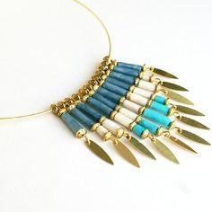 """Elégant collier """"entre les nuages"""" en perles de papier lokta népalais - déclinaison de bleus et blanc"""