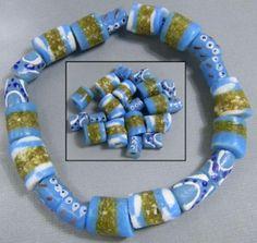 gemengd boeket met verschillende kralen uit Ghana allemaal turquoise