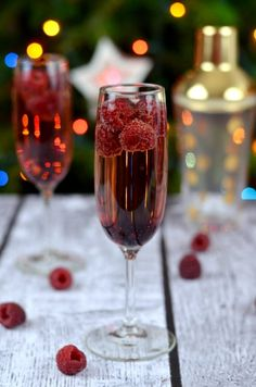 This Raspberry, Chambord & Champagne cocktail is perfect for New Years Eve or any other party situation. A delicious cocktail to enjoy with friends and family. A delicious Champagne cocktail - perfect for New Years Eve or any celebration. New Years Eve Drinks, New Year's Drinks, New Year's Eve Cocktails, Party Drinks Alcohol, Christmas Cocktails, Cocktail Drinks, Fun Drinks, Cocktail Recipes, Alcoholic Drinks