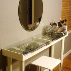5 Genius DIY Makeup Vanity Ideas That'll Change Your Life. Yes, Your Entire . - Gardening - Make up Diy Vanity Table, Diy Vanity Mirror, Vanity Ideas, Small Vanity, Vanity Stool, Mirror Ideas, Corner Makeup Vanity, Wood Makeup Vanity, Cool Diy