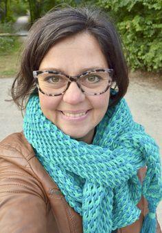 Een prachtig soepel vallende tunisch gehaakte sjaal die zich makkelijk op verschillende manieren laat dragen. Door de ondiepe punt in het midden draagt de sjaal heerlijk naar voren toe maar kan ook mooi losjes om de schouders gehangen worden. Bij een wandeling in het bos wikkel je hem zo om je nek en met de …