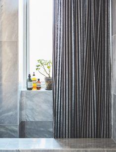 Sådan forvandlede stylisten sit 3 kvm lille badeværelse til en skøn spa-oase Spa, Curtains, Design, Home Decor, Toilet, Bathroom, Mini, Washroom, Blinds