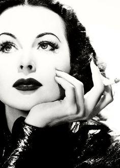 Hedy Lamarr - 1914-2000 - Comédienne américaine star de la MGM - Mathématicienne inventrice d'un code de brouillage de radio-fréquence de fusées encore utilisé dans des technologies type Bluetooth.
