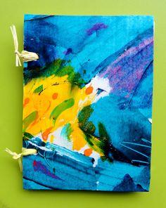 Cuaderno artesanal, pintado a mano. Tamaño 10 x 15. 70 hojas de papel reciclado 100%. Cosido con rafia natural. Pieza única