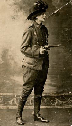 Irish revolutionary Constance Markievicz in 1915 three years before becoming the first woman elected to British Parliament. Ireland Facts, Ireland 1916, Irish Republican Army, Irish Independence, Easter Rising, Images Of Ireland, Irish Fashion, Cool Poses, War Photography