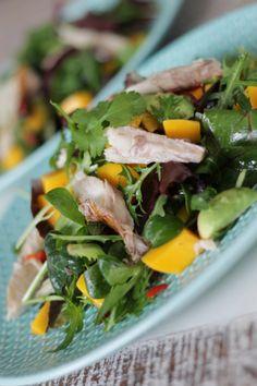 Salade met vers gerookte makreel, mango en avocado Healthy Drinks, Healthy Recipes, Healthy Food, Mango Salat, Feel Good Food, Prepped Lunches, Lunch To Go, Vegetable Salad, My Favorite Food