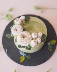 how to make buttercream flowers Flores Buttercream, Korean Buttercream Flower, Buttercream Flower Cake, Fancy Cakes, Cute Cakes, Pretty Cakes, Bolo Floral, Floral Cake, Cake Cookies