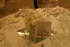 Cada mesero era un recuerdo de una ciudad en la que los novios habían estado con la gente de esa mesa.#invites  #wedding  #boda