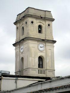 Emblema de la Universidad de Los Andes, La Torre del Reloj del Edificio Central, construida en el lugar en donde estuvo ubicada la Capilla del Colegio Seminario Conciliar de San Buenaventura. Esta torre fue reconstruida por el Rector Caracciolo Parra luego del terremoto del 1894.