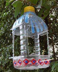 mangeoire recyclée bouteilles en plastique vide Dremel Multitool et coupe roue brochettes en bois Rust-Oleum Peinture Stylos Crochets pour accrocher dans les arbres http://www.home-dzine.co.za/DIY-Kids/kids-8.htm http://wildlifegadgetman.com/make-a-hanging-bird-feeder-using-a-recycled-heinz-tomato-ketchup-bottle/ DIY...