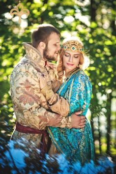 A Russian wedding is definitely very different from a German one. Our editor, who married Russian herself, reveals 13 things that await you. Russian Traditional Dress, Traditional Dresses, Russian Style, Russian Beauty, Russian Fashion, Film Dance, Russian Wedding, Russian Culture, Russian Folk