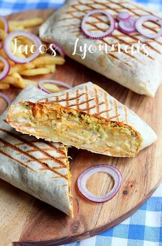Tacos lyonnais sauce gruyère | Cuisinez avec Djouza Wrap Recipes, Spicy Recipes, Cooking Recipes, Grilled Chicken Recipes, Best Chicken Recipes, Taco Wraps, Tacos And Burritos, Good Food, Yummy Food