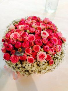 Composition florale ronde , rose ancienne et gypsophile