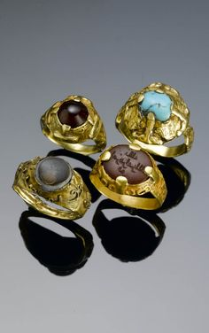 Persia | Four Seljuk rings; gold, variously set with banded agate, turquoise, carnelian and garnet. One with 'kufic' inscription. | ca. 12th - 13th th century | Est. 1'200 - 1'500£ ~ (Oct '06)