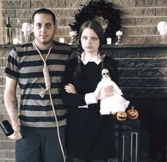 A very perky Wednesday and Pugsley Addams: 26 Genius Halloween Costume Ideas For TV Lovers Addams Family Halloween Costumes, Adams Family Halloween, Halloween Party Kostüm, Zombie Halloween Costumes, Halloween Party Costumes, Wednesday Addams Halloween Costume, Wednesday Addams Makeup, Wednesday Adams Kostüm, Pugsley Addams Costume