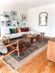 Living room layered rugs on carpet living room apartments Anuska x — REBECCA & GENEVIEVE in living room farmhouse green Boho Living Room, Home And Living, Living Room Decor, Living Room Rugs, Living Room Vintage, Midcentury Modern Living Room, Earthy Living Room, Decor Room, Retro Living Rooms