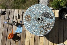 Doo it - just doo it: Smadret krukke som mosaik på en kabeltromle = et bord Stepping Stones, Plates, Outdoor Decor, Home Decor, Mosaic, Creative, Licence Plates, Dishes, Griddles