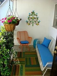 Small balcony decor idea. Like the privacy foliage.
