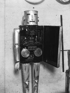 This robot, who accidentally flashed the world. | 10 Vintage Robots Who Are Way More Awkward Than You