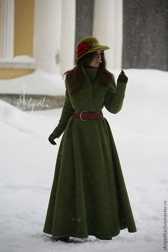 """Приталенное пальто зелёного цвета (ремейк пальто """"Сказки города""""). От талии силуэт полусолнце. Стойка воротник. Уютное и удобное. Сшито из валяного лодена. Без подкладки."""