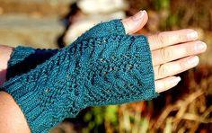 Merletto fingerless mitts by Jody McKinley, free knitting pattern Crochet Mittens, Crochet Gloves, Knit Or Crochet, Knitting Stitches, Free Knitting, Knitting Patterns, Fingerless Gloves Knitted, Wrist Warmers, Hand Warmers