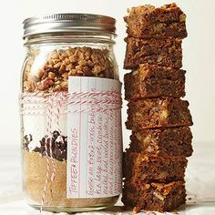 Toffee Blondies in a Jar Add a ribbon and these butterscotch blondies are ready to stuff in stockings, place under the tree, or share with your holiday host! Layer the dry ingredients for this cookie mix in a jar for a sweet holiday gift. Mason Jar Desserts, Mason Jar Cookies, Mason Jar Meals, Mason Jar Gifts, Meals In A Jar, Mason Jars, Gift Jars, Mason Jar Cookie Mix Recipe, Glass Jars