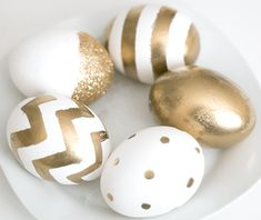 Ashley from Ash and Crafts shared this link showing how she decorated her Easter eggs in a gold Kate-Spade-inspired style. Since Easter is in just a few days I definitely had to share these! Gold Easter Eggs, Easter Egg Crafts, Easter Bunny, Paper Flower Backdrop, Paper Flowers, Paper Peonies, Fabric Flowers, Diy Osterschmuck, Diy Easter Decorations