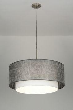 Grote sfeervolle plafondlamp met een dubbele kap. Deze lamp bestaat uit twee kappen die in elkaar geschoven zijn. De buitenste kap is van een kunststof. Daarop zit een grove draadstructuur. Deze draad is zilverkleurig en heeft een subtiele glans buitenste kap 61cm .. Binnenste kap is wit stof. Voor woonkamer eettafel woonkeuken tafel . Ook in de kleur wit grijs zwart antraciet grijs . Home interior lights / ONLINE SHOP : click on this LINK ( www.rietveldlicht.nl )