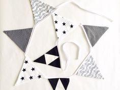 Handgemaakte slinger met verschillende stofjes: snorren, sterren, strepen en driehoeken, in de kleuren zwart, wit en grijs. De slingers worden met de hand gemaakt. Geen verzendkosten!