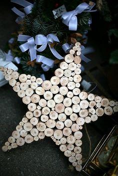 Estrella de Navidad con trozos de tronco de árbol