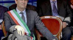 """Il sindaco di Napoli non pensa alle dimissioni dopo la condanna per abuso d'ufficio: """"Posso andare avanti fino al 2016"""". Il presidente del Senato:"""