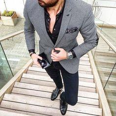 Acheter la tenue sur Lookastic: https://lookastic.fr/mode-homme/tenues/blazer-chemise-de-ville-jean-skinny/19244   — Chemise de ville noire  — Blazer en pied-de-poule noir et blanc  — Pochette de costume imprimé cachemire noir et blanc  — Montre argenté  — Jean skinny bleu marine  — Double monks en cuir noirs