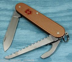 Swiss Bianco Exclusive Victorinox Lumberjack Copper Alox Swiss Army Knife Victorinox Knives, Victorinox Swiss Army Knife, Knives And Tools, Knives And Swords, Camping Survival, Survival Gear, Urban Edc, Folding Knives, Everyday Carry