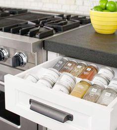 Kryddburkar ska inte förvaras i fläktskåpet eller ovan spisen som verkar vara allmän praxis i alla fall i lite äldre kök. Kryddor ska förvaras mörkt för att behålla arom och smak. Ska du renovera ditt kök, planera in förvaring för kryddorna direkt. Kan ses som en obetydlig detalj, men allt som kan planeras in så tidigt som möjligt gör arbetet med köket enklare och resultatet bättre.
