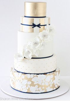 Gold Wedding Cakes I like the preppy feel of this. - Gold, navy and white! An elegant color combination. An elegant cake! This golden beauty by Sharon Wee Creations is our Cake of Christmas and is perfect for a winter wedding. Metallic Cake, Metallic Wedding Cakes, Gold Cake, Metallic Gold, Gold Leaf, Silver, Beautiful Wedding Cakes, Gorgeous Cakes, Amazing Cakes