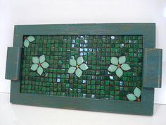 Base MDF, trabalho em mosaico com pastilhas de vidro. Tamanho: 23x39x2cm