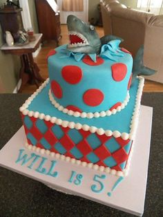 shark attack! I would so like a cake like this for my birthday!