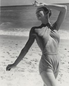 This photo shows a classic Claire McCardell bathing suit from McCardell was known for her mass produced and stylish sportswear. She used very sturdy fabric, as she wanted her clothes to last. Claire Mccardell, Foto Fashion, 1940s Fashion, Fashion History, Moda Retro, Bonnie Cashin, Vintage Swimsuits, Estilo Retro, Vintage Fashion Photography