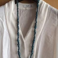 Long collier en perles de bois bleu pétrole