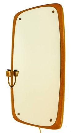 Vintage spiegel met Fifties ronde vormen in prachtig teakhout. Zeldzaam Zweeds exemplaar met messing lamp armatuur. Inclusief sfeer LED-lamp