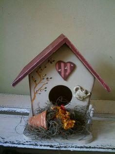 Decore sua varanda com lindas casinhas de passarinho.  Sua casa vai ficar com um ar country.