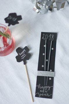DIY: New Year's Eve cocktail sticks and sparkler labels - we love handmade we love handmade New Years Dinner Party, Nye Party, Diy Crafts To Do, Crafts For Kids, Diy Silvester, New Year's Eve Cocktails, New Years Eve Decorations, Wedding Messages, Cocktail Sticks